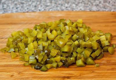 салат зимний рецепт классический с колбасой и солеными