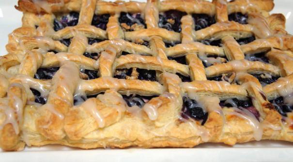 Пирожки с черникой из дрожжевого слоеного теста