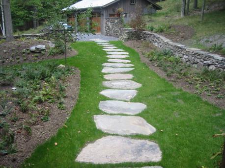 Можно сделать дорожки из природного камня, используя для этого плиты больших размеров.