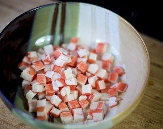 салат с крабовыми палочками и фасолью красной консервированной