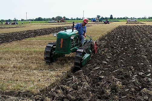 услуги по вспашке земли трактором