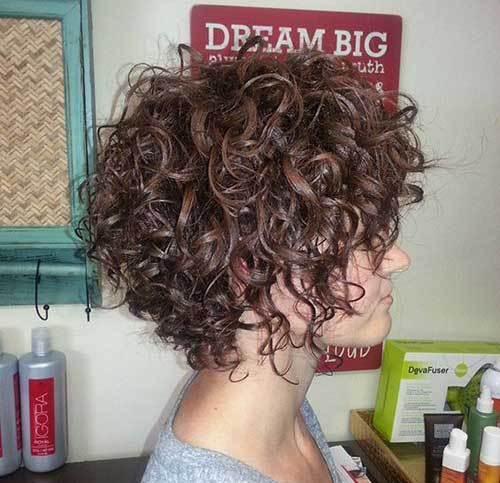 Девушка с короткой стрижкой и кучерявыми волосами