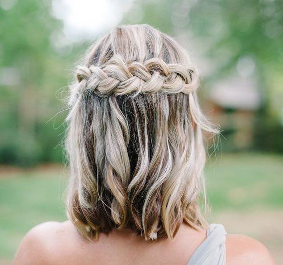 Вид сзади: коса на средние волосы