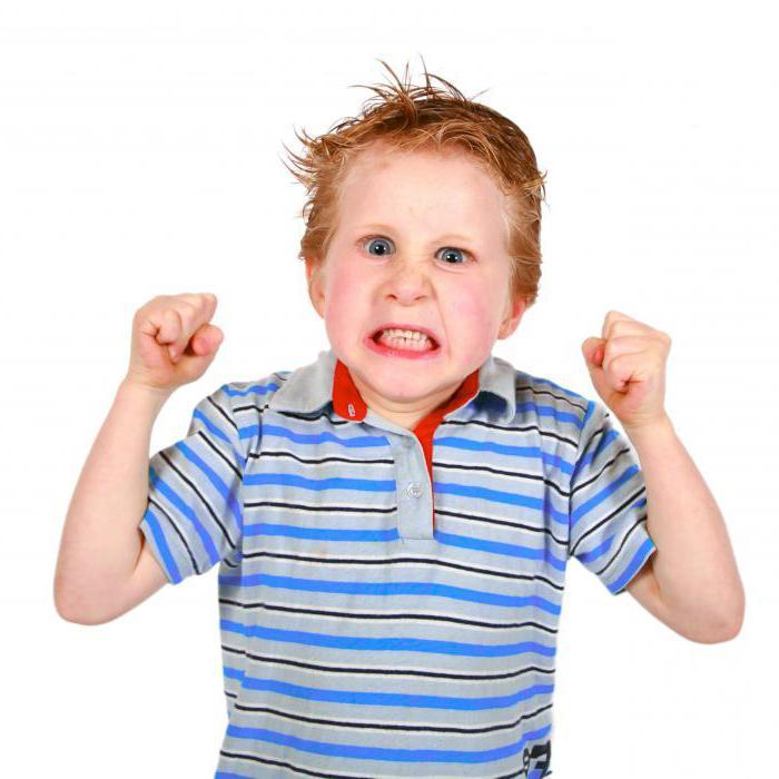 Годовалый ребенок бьет себя по голове