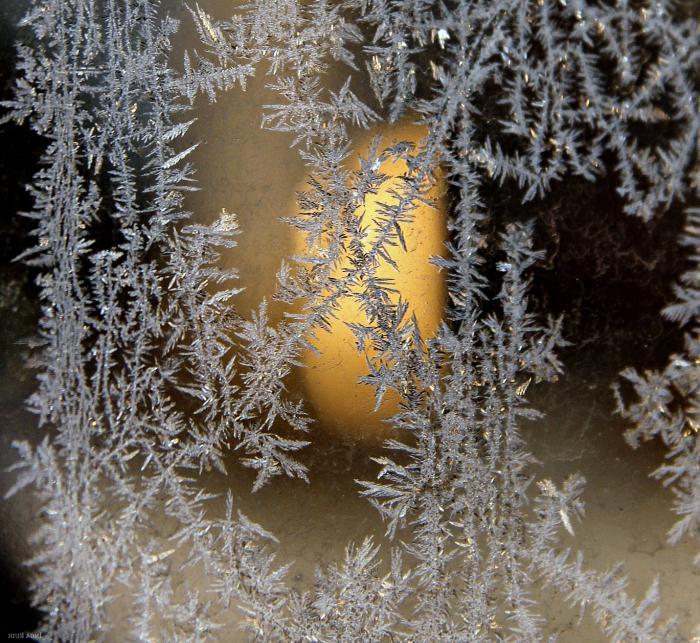 Морозные узоры на зеркале фото
