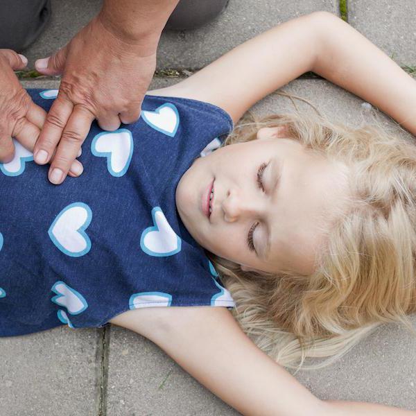 Сексуальное оказание помощи девушке искусственное дыхание