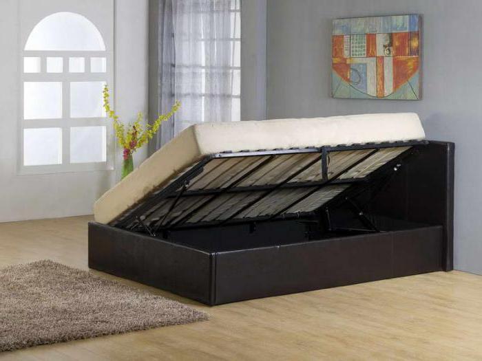 двуспальная кровать с мягким изголовьем и подъемным механизмом