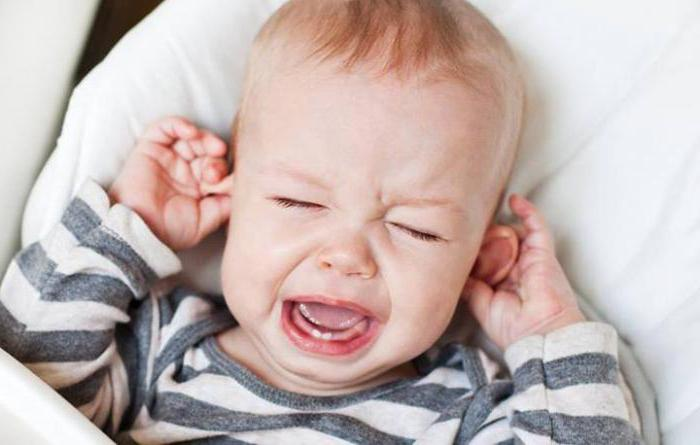 Ребенок чешет ушко