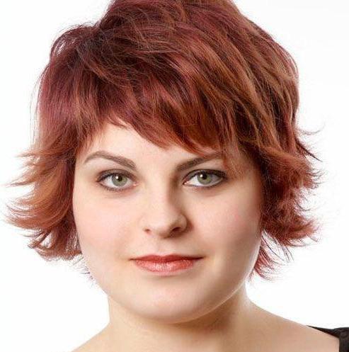 стрижка для полных женщин с круглым лицом и вьющимися волосами
