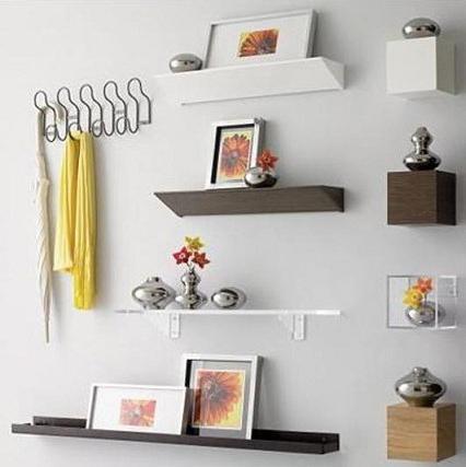 Полки на стене замаскированы под дизайн стен