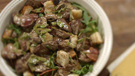 Салат с печенью и соленым огурцом