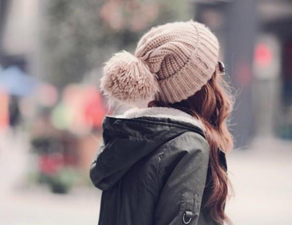 фото девушек в новогодних шапках сзади