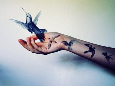 птицы на руках тату