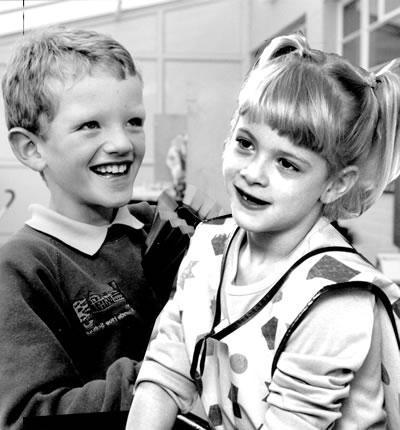 Фото детей слева указывает на