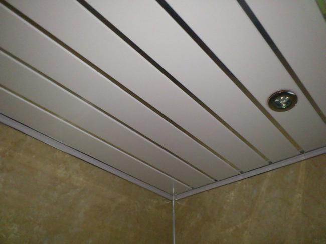 Монтаж потолка из пластиковых панелей своими руками