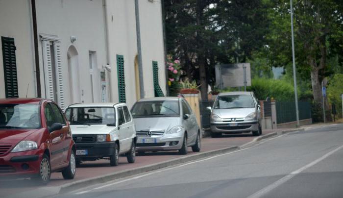 парковка на тротуаре во дворе