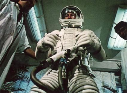 выход леонова в открытый космос дата выхода