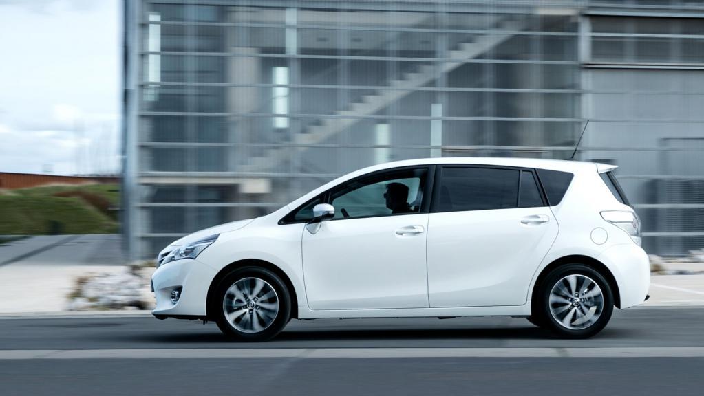 Toyota Verso белая