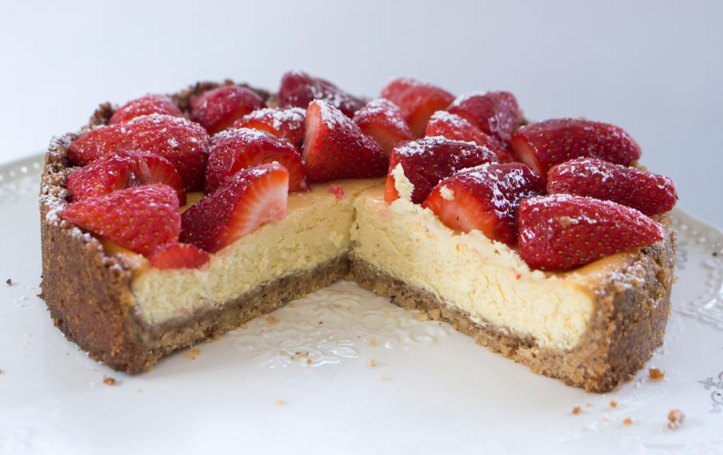 Сон во сне, в котором вы лакомитесь кусочком торта – говорит о грядущих приятных хлопотах и благоприятных переменах в жизни.