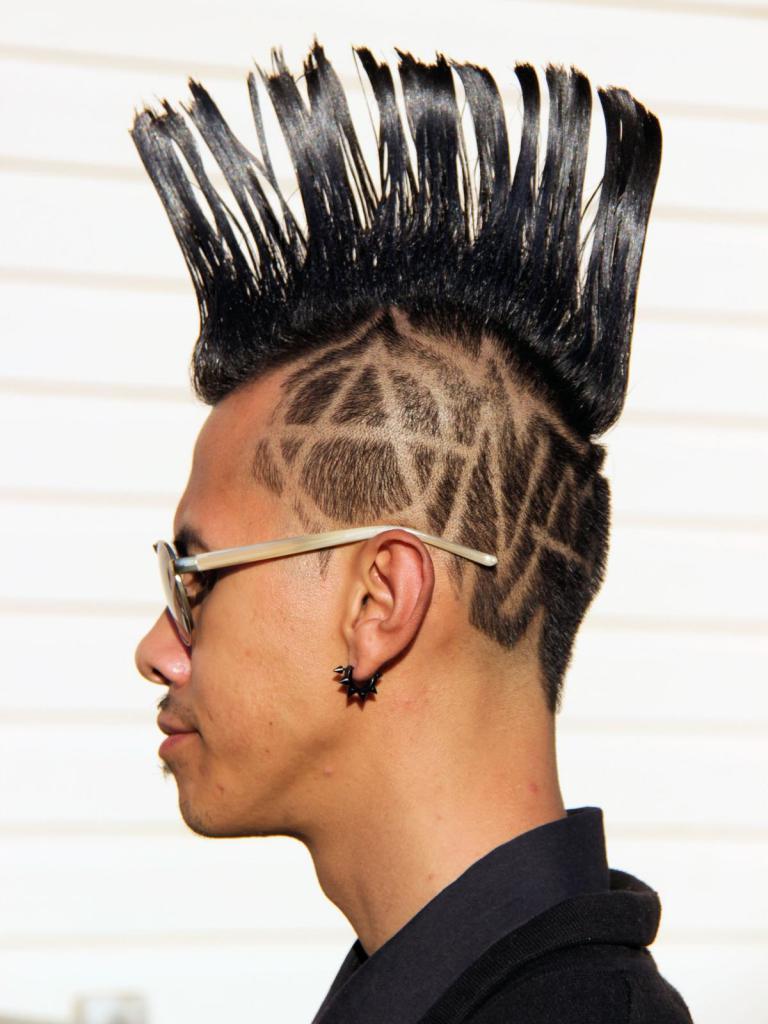Таким образом, укладывается ирокез на короткие волосы.
