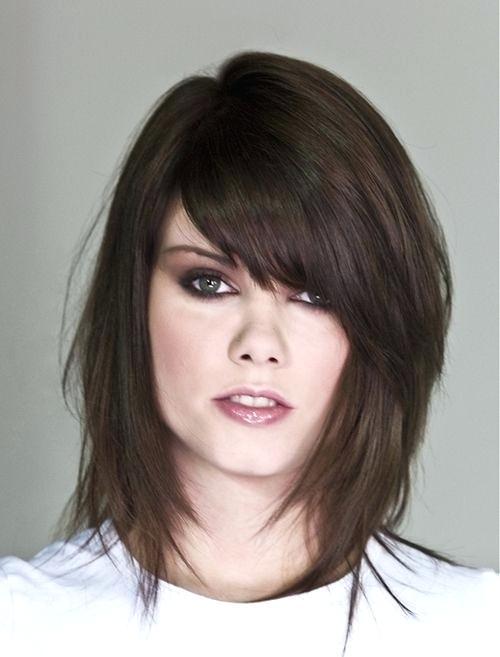 Волосы до плеч с челкой: разнообразие форм, варианты причесок, подбор под форму лица, выбор челки, длины, цвета волос, особенности ухода и укладки