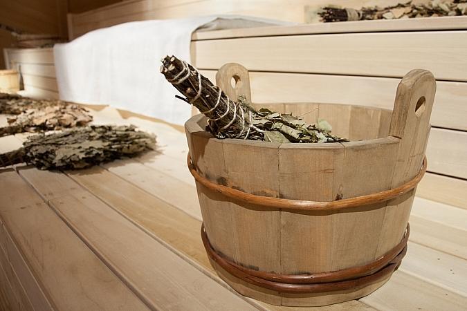 Как париться с веником в бане: основные этапы, правила, температура