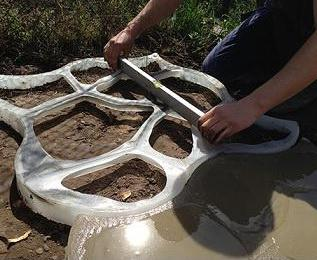 опалубка для изготовления садовых дорожек