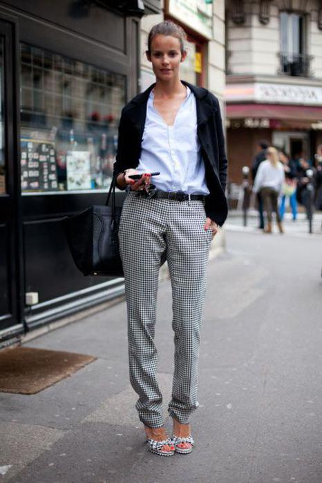 с чем носить светло серые брюки