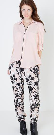 как и с чем носить цветные брюки стильные сочетания