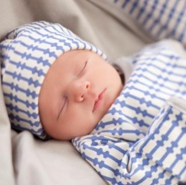 Помимо этого, приданное для новорожденного летом должно включать в себя, как минимум, две детские простынки. Их желательно подобрать так, чтобы края можно