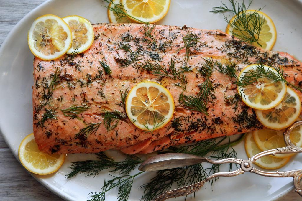 Запеченная рыба в духовке является не только полезным пищевым блюдом, но и необычайно вкусным.
