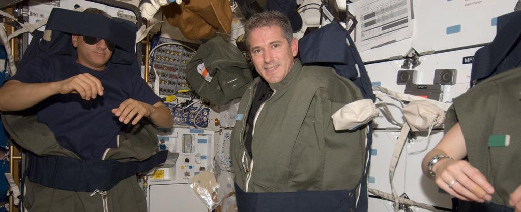 космонавты спят в космосе