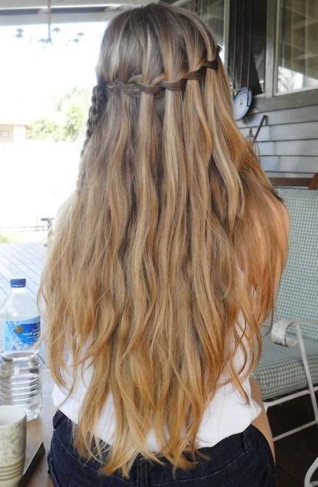 прическа на распущенные волосы средней длины