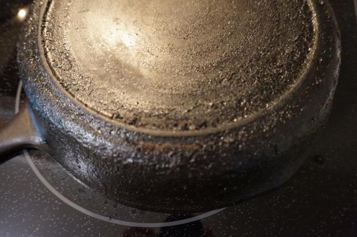 как почистить сковороду от толстого слоя гари