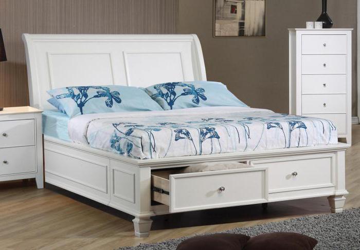 белая двуспальная кровать с ящиками