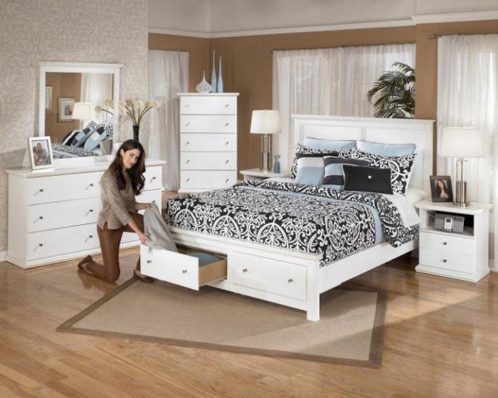 белая двуспальная кровать из экокожи
