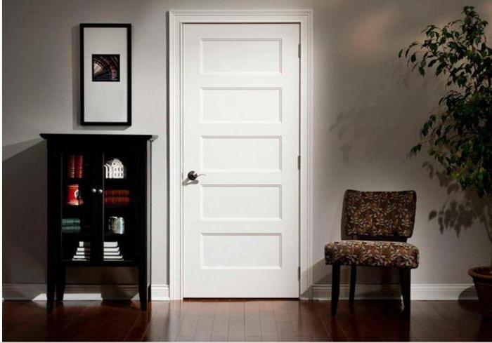 белые двери в интерьере квартиры