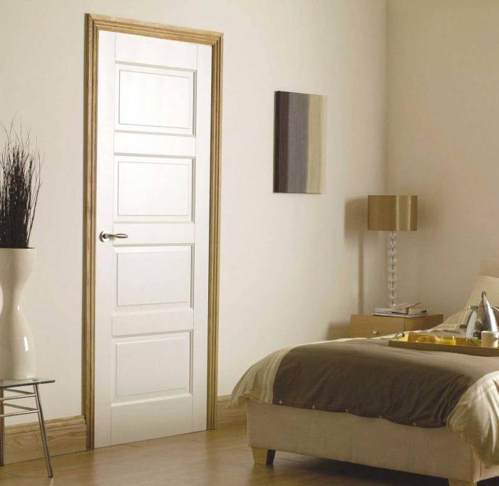 белые двери и пол в интерьере