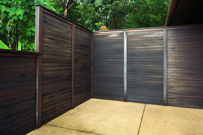 чем красить деревянный забор экономно