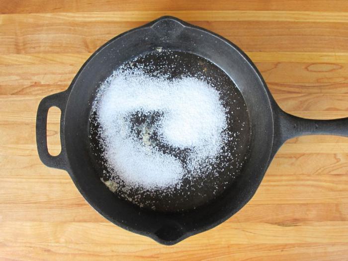 Как прокаливать чугунную сковороду солью