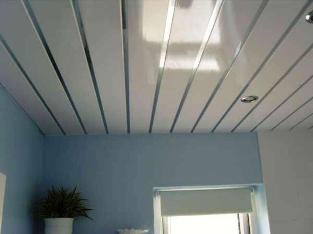 do-it-yourself ceiling in the bathroom