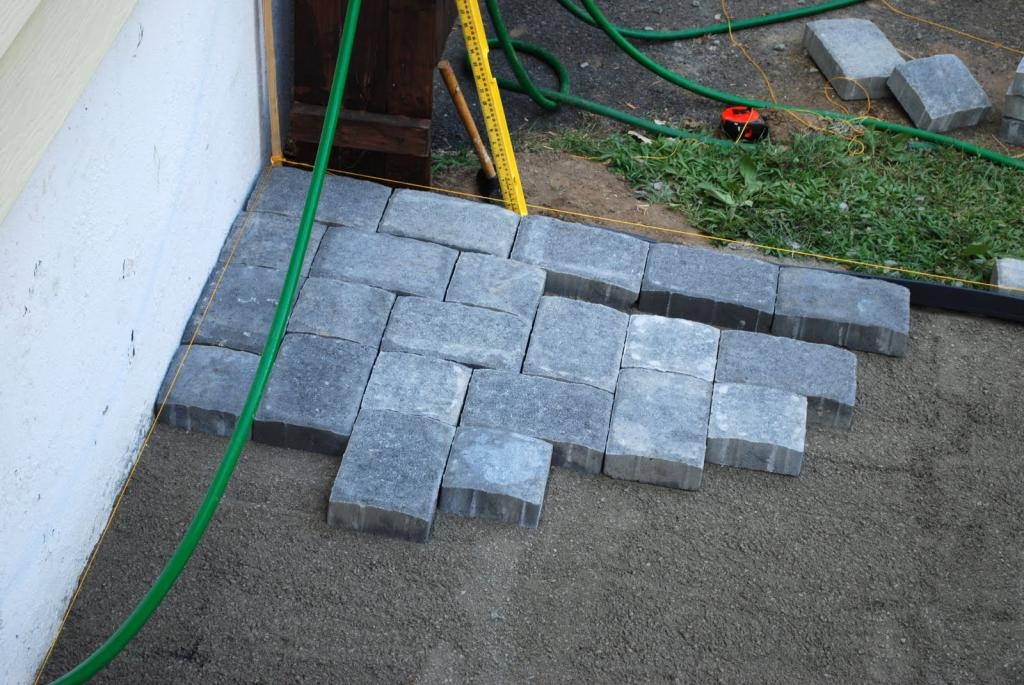 to lay the yard with paving slabs