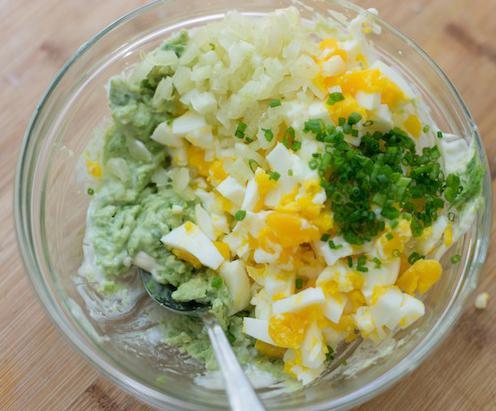Салат с яйцом, зеленым луком и огурцами