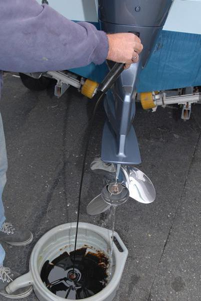 Как поменять масло в редукторе лодочного мотора