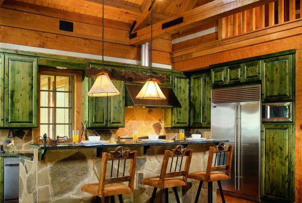 Интерьер кухни в доме из бревна