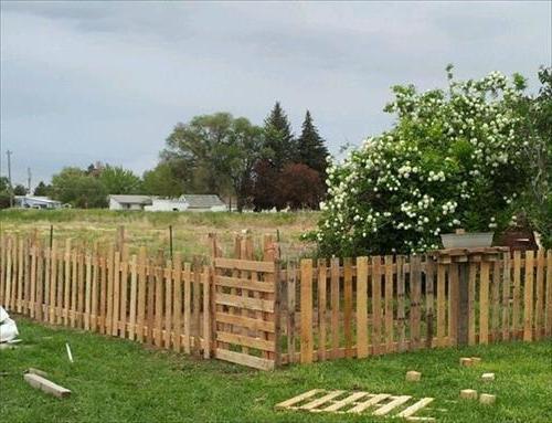 Как сделать забор из деревянных паллет
