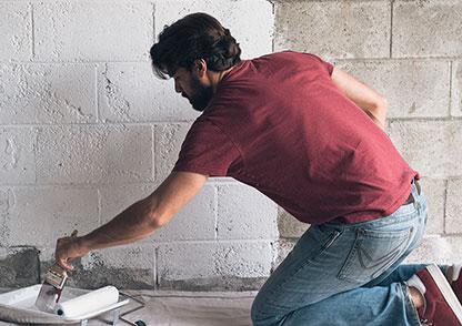 Какой грунтовкой обрабатывать стены перед укладкой плитки