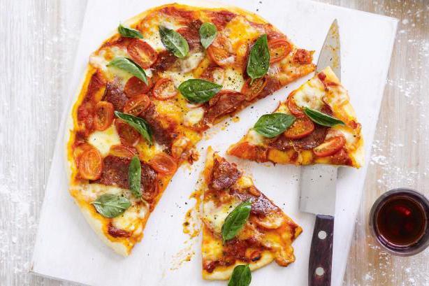 рецепт пиццы с колбасой и сыром и помидорами в духовке рецепт с фото