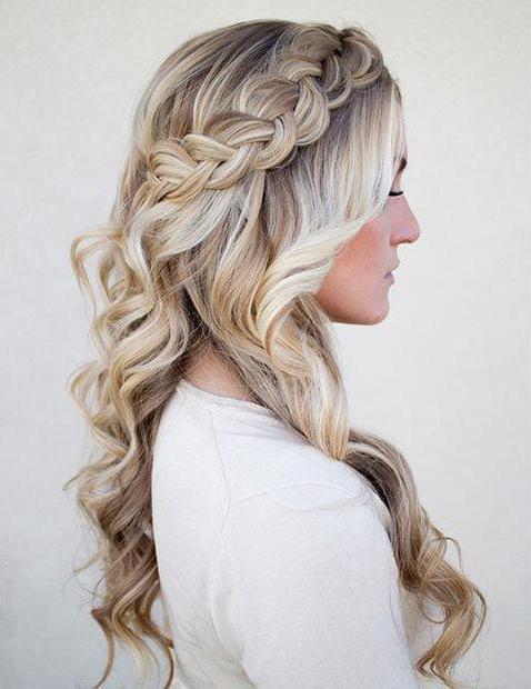 распущенные волосы с косой ободком