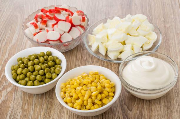 Салат из горошка, кукурузы, крабовы палочек